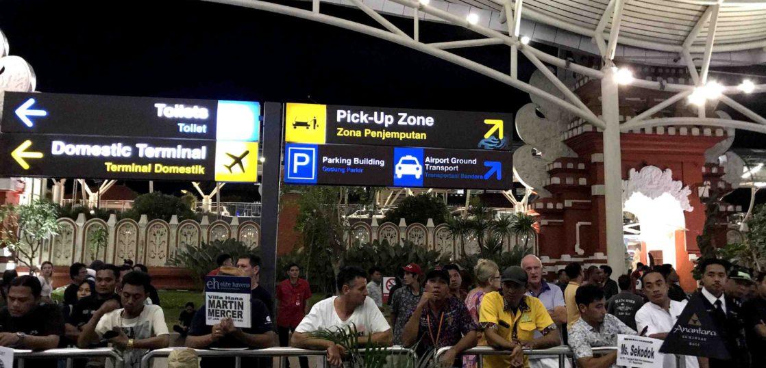 デンパサール空港で待つ人々