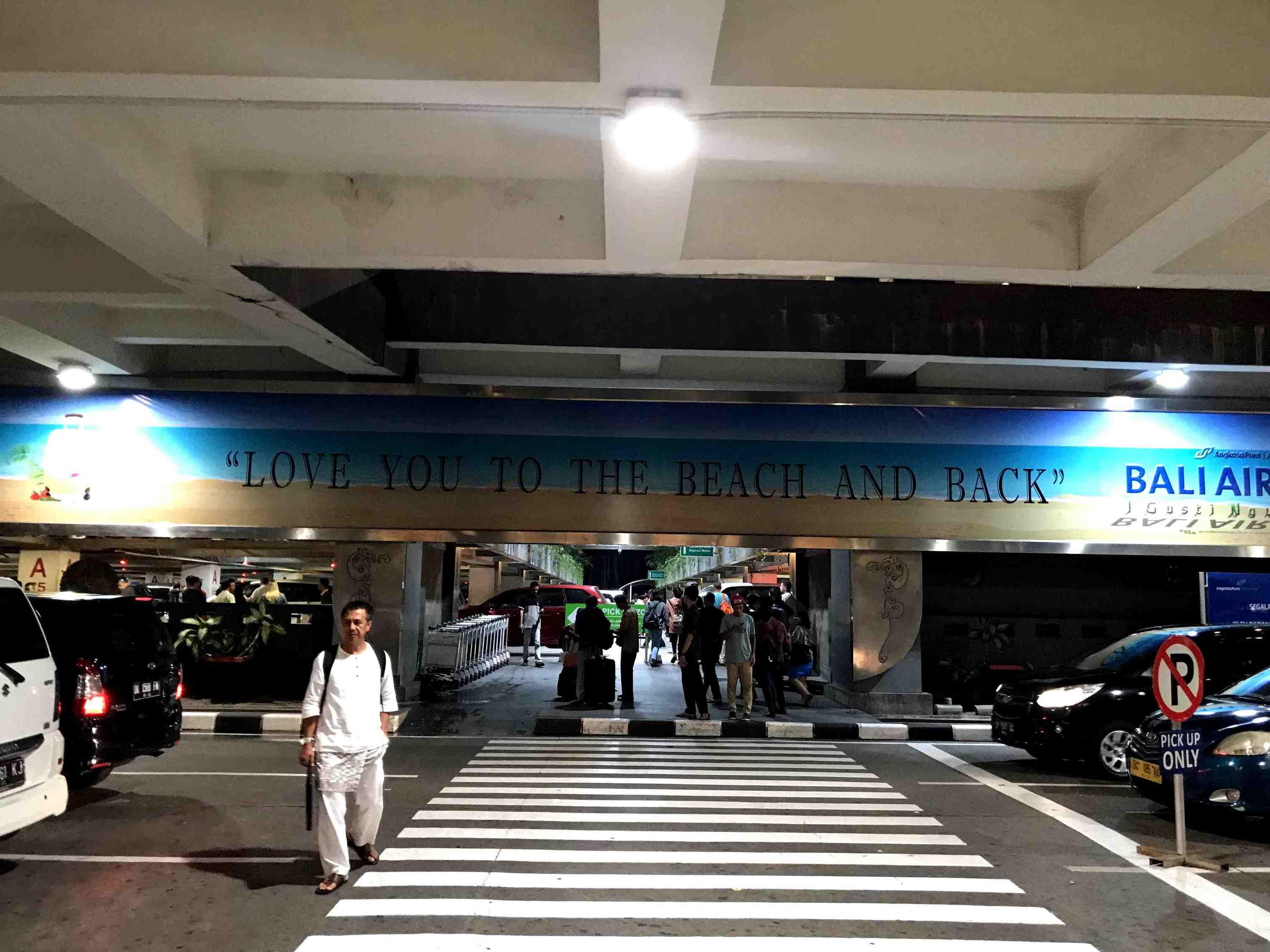 デンパサール空港駐車場入口
