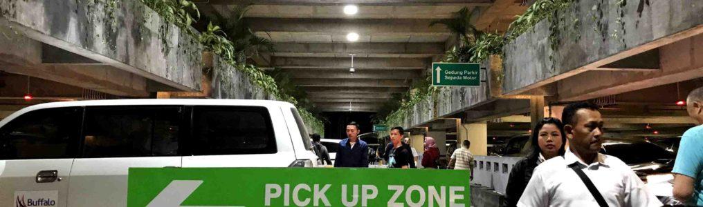 駐車場ビル入り口