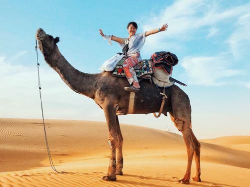 ジャイサルメールでラクダに乗る